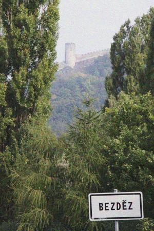 Cesta na hrad Bezděz poničená barevným šumem fotoaparátu | moje Tajemno