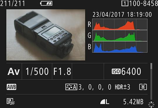 Několik informací o pořízeném snímku, které INFO tlačítko dokáže zobrazit
